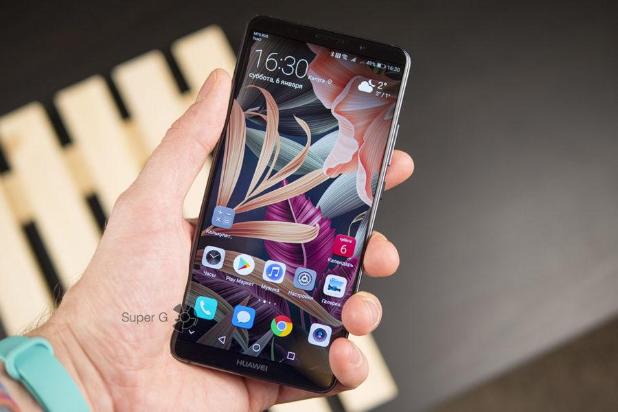 Huawei Mate 10 Pro в руке (вид спереди)