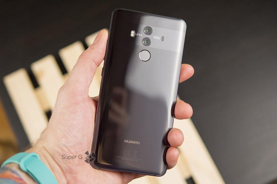 Huawei Mate 10 Pro в руке (вид сзади)