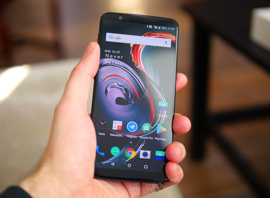 OnePlus 5T в руке (вид спереди)
