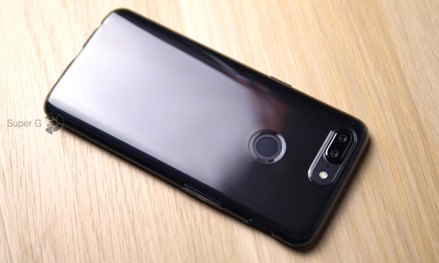 OnePlus 5T в чехле