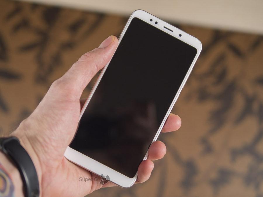 Xiaomi Redmi 5 Plus в руке с выключенным экраном