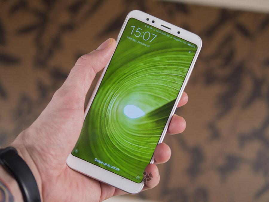 Xiaomi Redmi 5 Plus в руке (виде спереди)