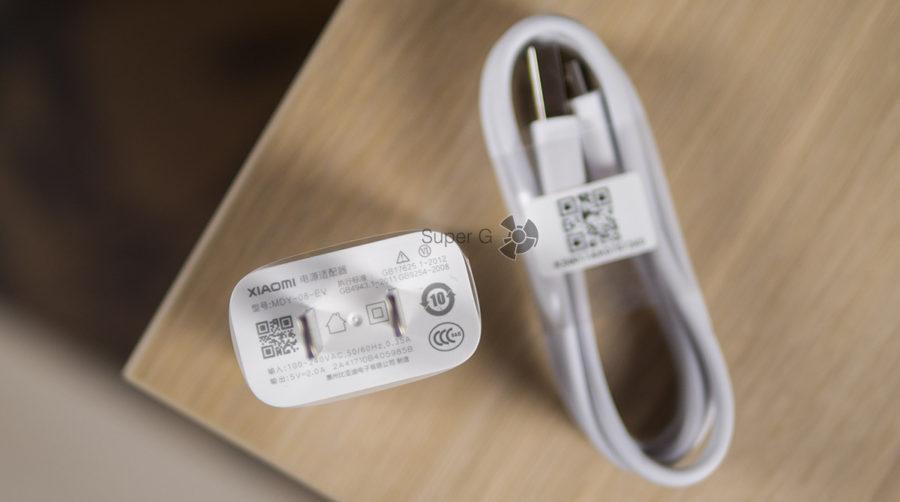 Комплектация Xiaomi Redmi 5 Plus - зарядное устройство на 2А и Micro USB кабель