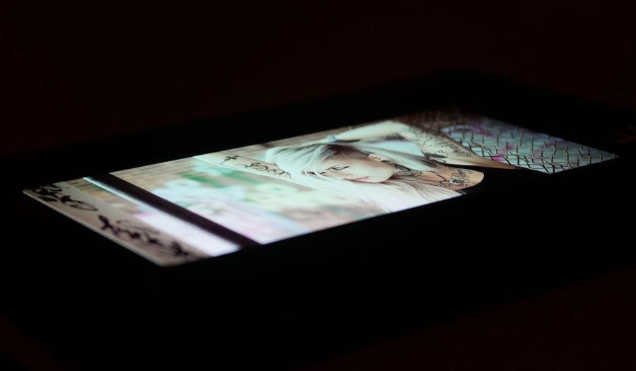 Под экстремальными углами обзора экран Samsung Galaxy A8 (2018) зеленит