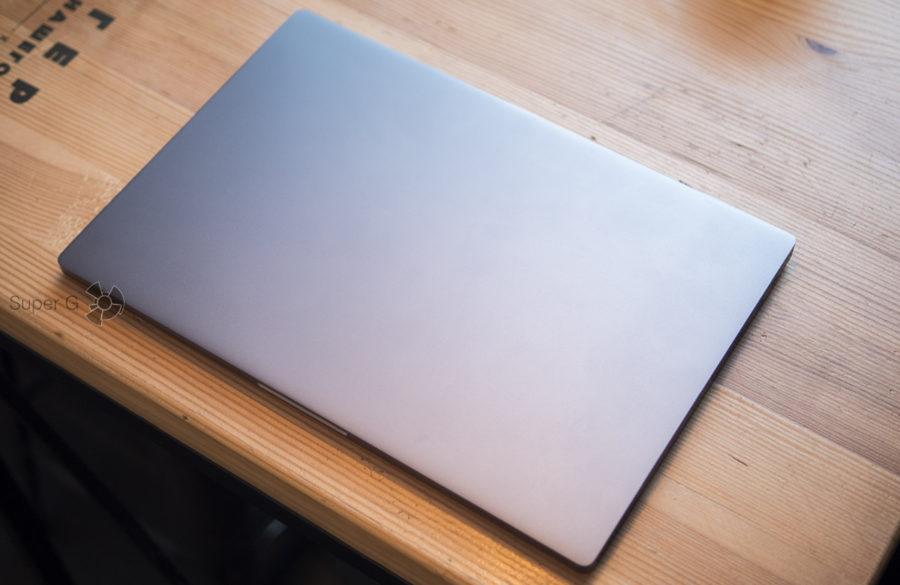На крышке Xiaomi Mi Notebook Pro вообще нет никаких обозначений