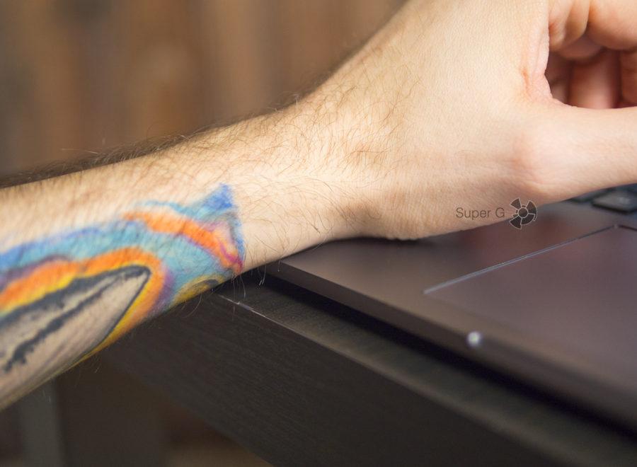 Острые края корпуса ноутбука Xiaomi Mi Notebook Pro впиваются в руку