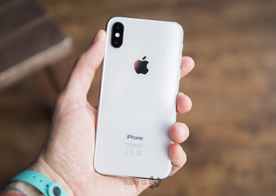 iPhone X в руке (вид сзади)