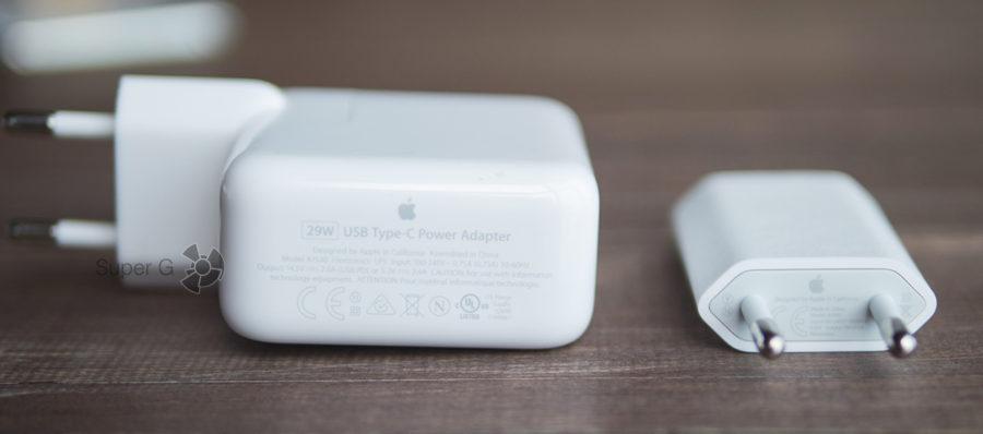 Блок питания 29 Вт для iPhone X (слева) и комплектное зарядное устройство справа