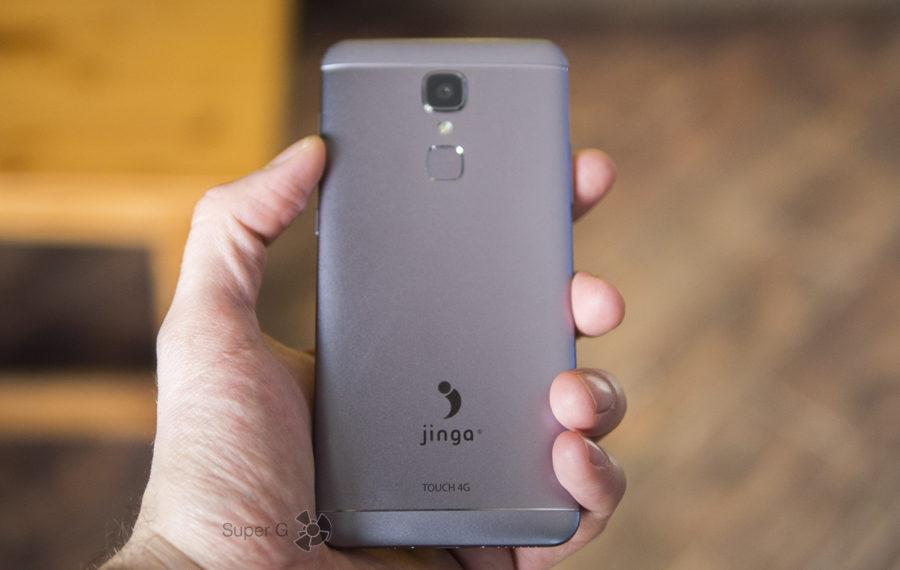 Jinga Touch 4G в руке (вид сзади)