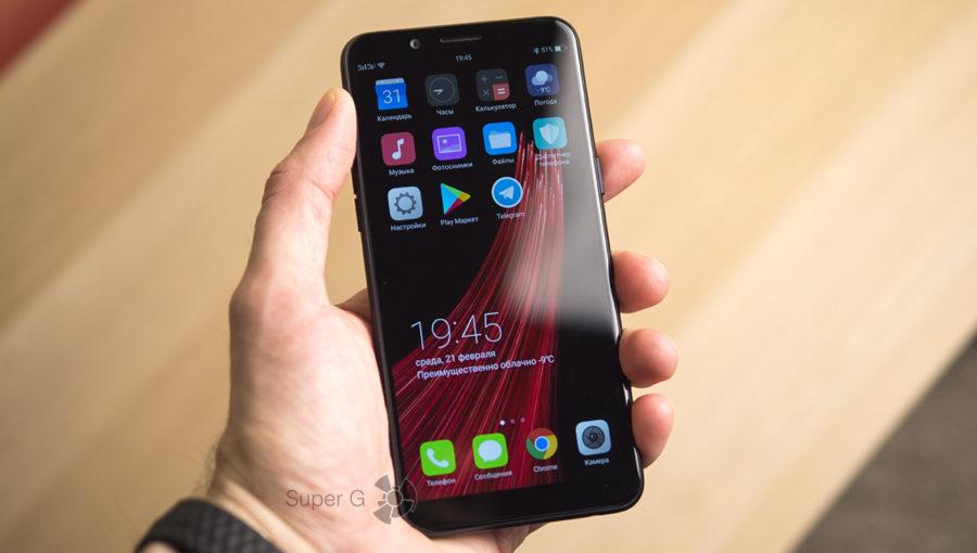 Oppo A83 в руке (вид спереди)