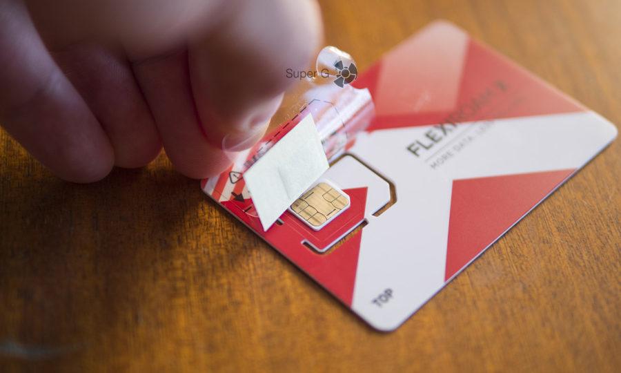 Для установки микрочипа Flexiroam нужно сначала поместить свою SIM-карту в трафарет из комплекта