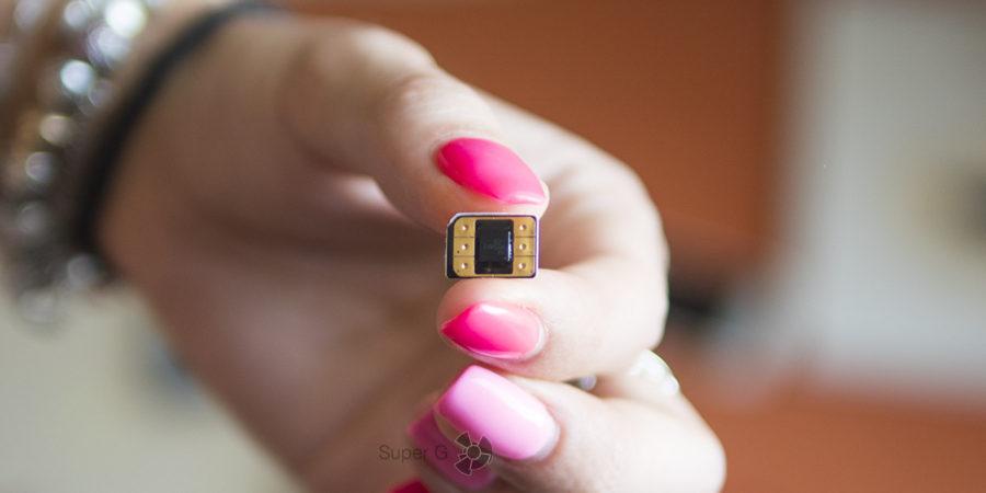 Микрочип Flexiroam, наклеенный на основную SIM-карту