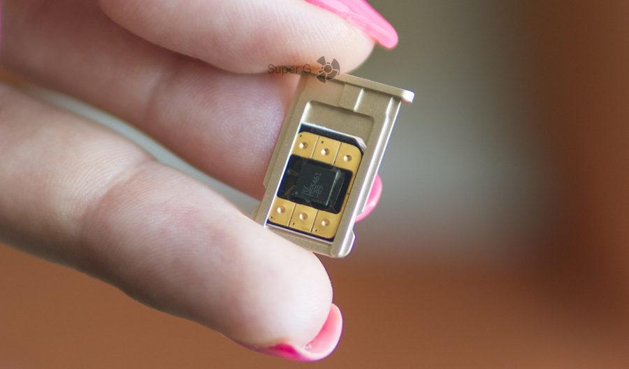 """Так выглядит """"бутерброд"""" из SIM-карты и микрочипа Flexiroam"""