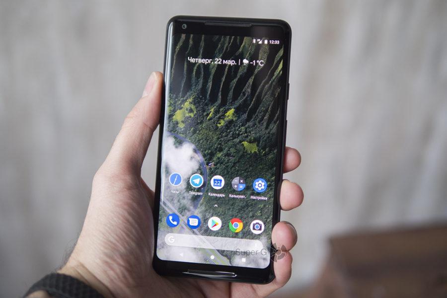 Google Pixel 2 XL в руке (вид спереди)
