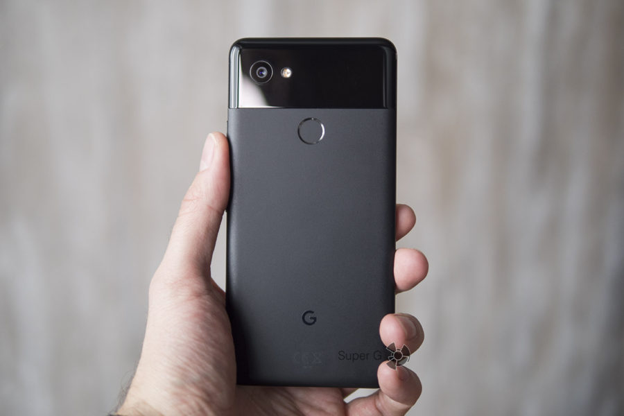 Google Pixel 2 XL в руке (вид сзади)