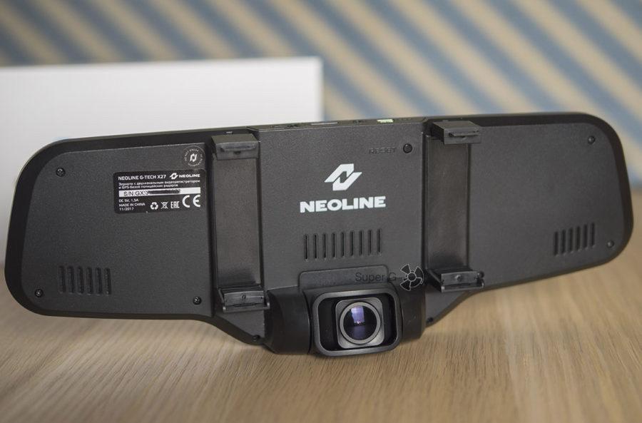 Neoline G-TECH X27 крепится к зеркалу заднего вида автомобиля посредством пластиковых зажимов