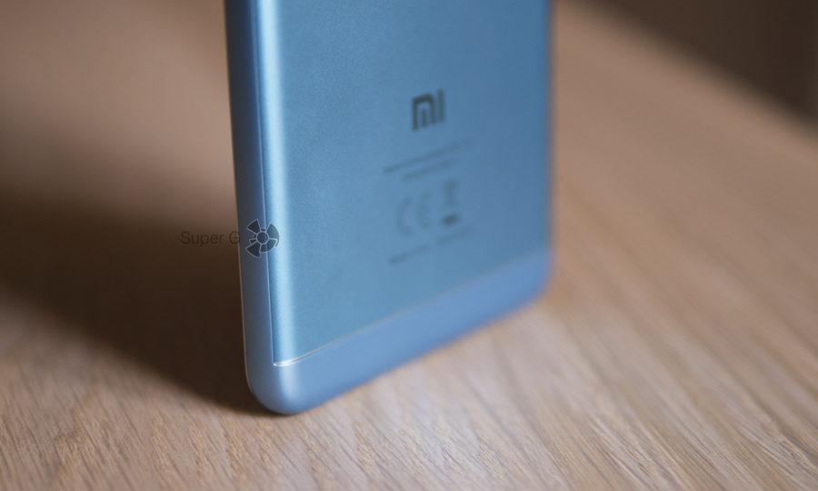 Корпус Xiaomi Redmi 5 в основном пластиковый, сзади есть только одна металлическая пластина