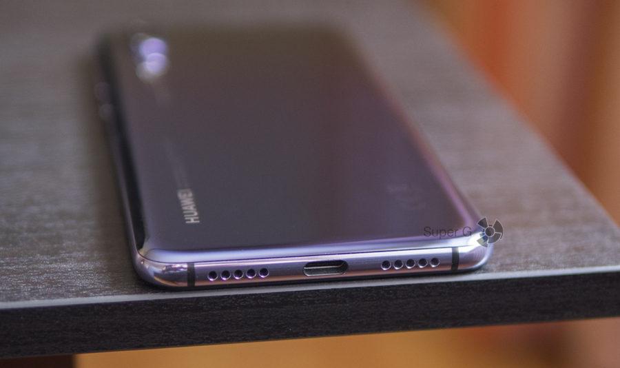 USB Type-C порт и динамик (слева на фото) Huawei P20 Pro