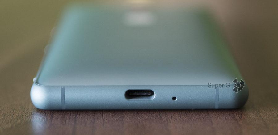 Sony Xperia XZ2 Compact имеет один разъём - USB Type-C