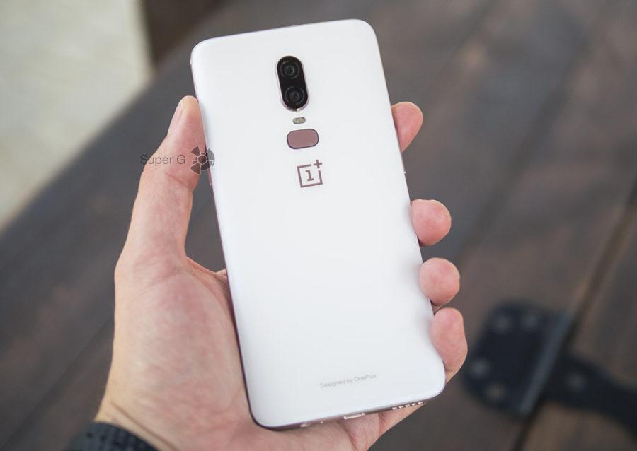 Белый OnePlus 6 в руке (вид сзади)