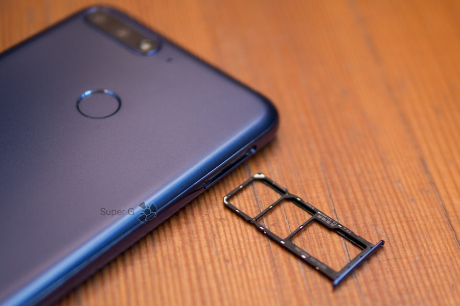 У Honor 7C независимые слоты для карты памяти и Nano SIM