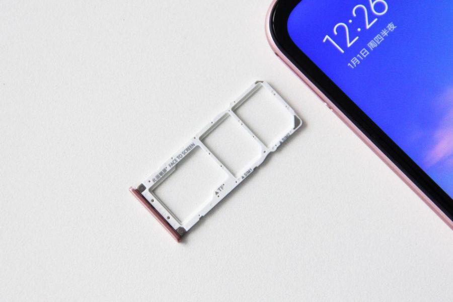 Раздельный слот под карточку Micro SD card и 2x Nano SIM Xiaomi Redmi 6 Pro