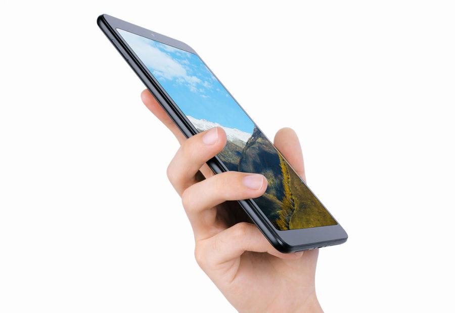 Xiaomi Mi Pad 4 в руке