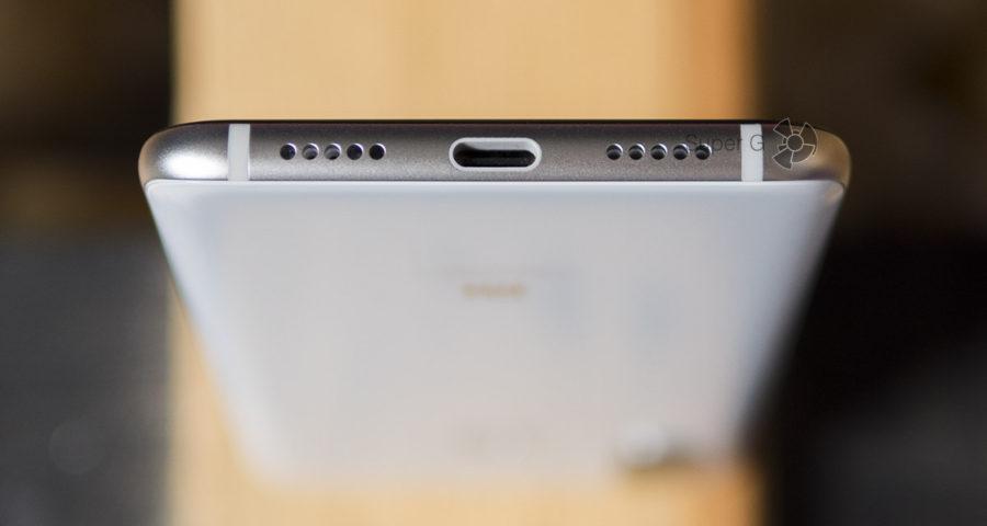 У Xiaomi Mi8 один динамик (на фото справа от порта USB Type-C)