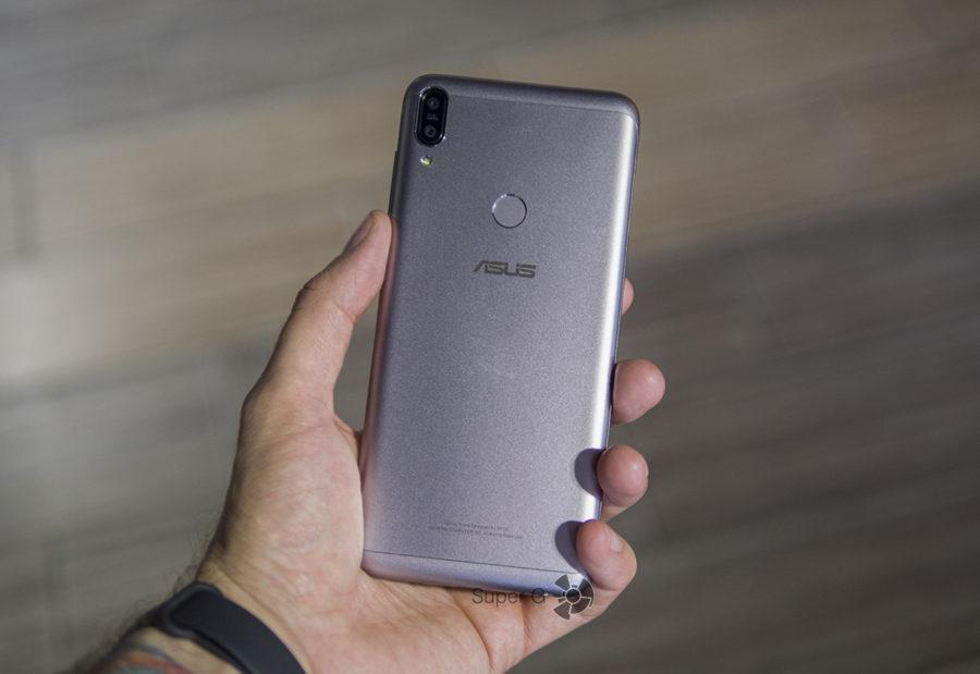 Asus Zenfone Max Pro (M1) в руке
