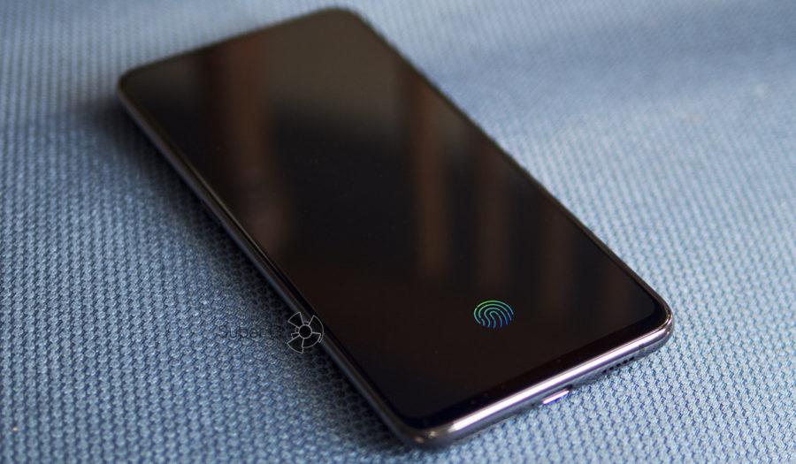 На выключенном экране Vivo NEX горит область для сканирования отпечатка пальца