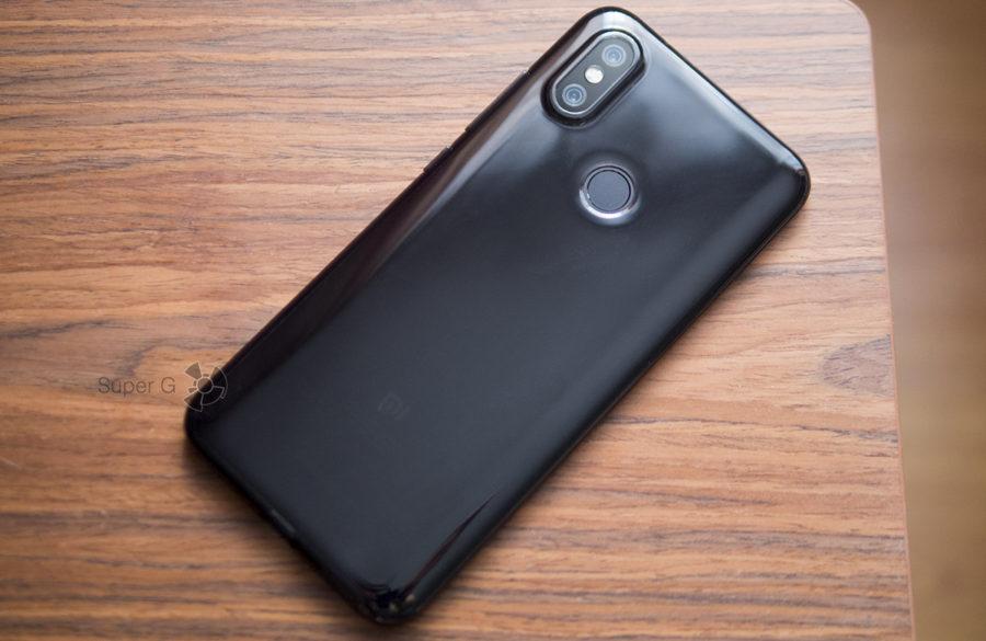 Xiaomi Mi A2 в чехле из комплекта