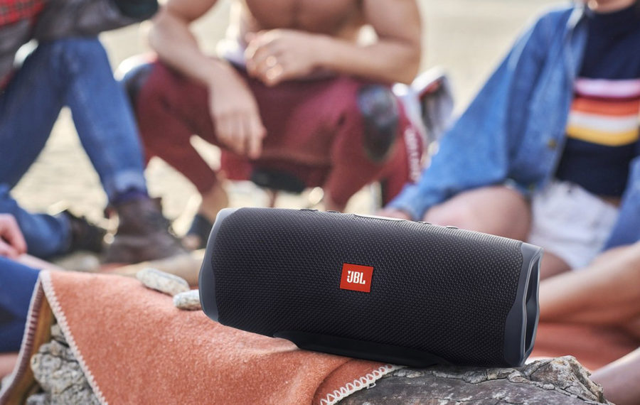 Колонка JBL Charge 4_Lifestyle Beach_Midnight Black