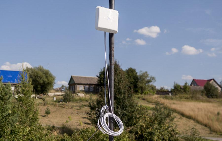 Установленная антенна-усилитель сигнала для интернета на даче