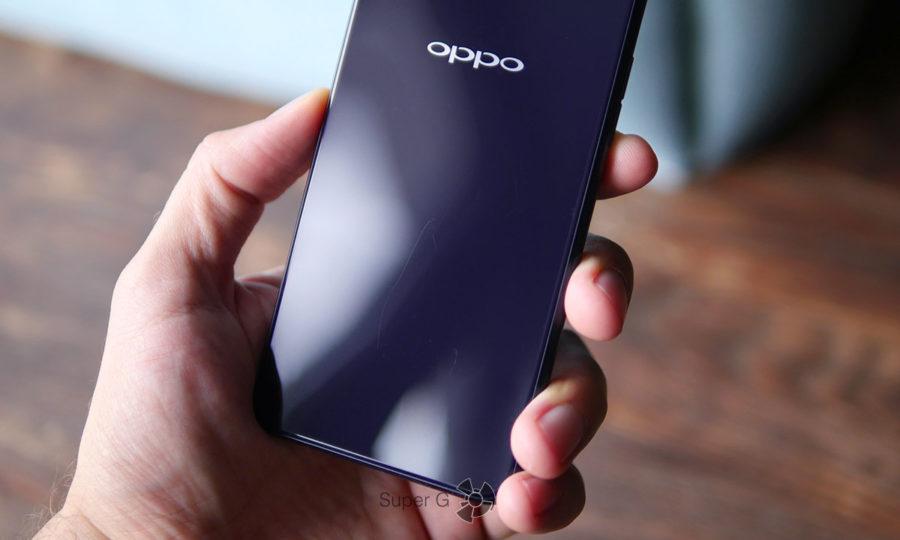 На задней крышке Oppo A3s быстро появляются царапины