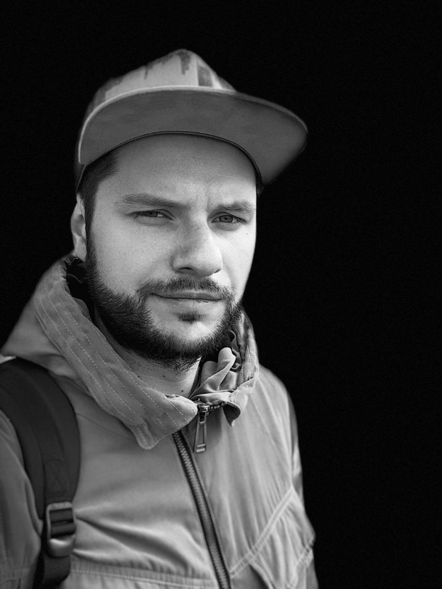 Портретный режим фронтальной камеры iPhone XS Max - сценический свет - моно