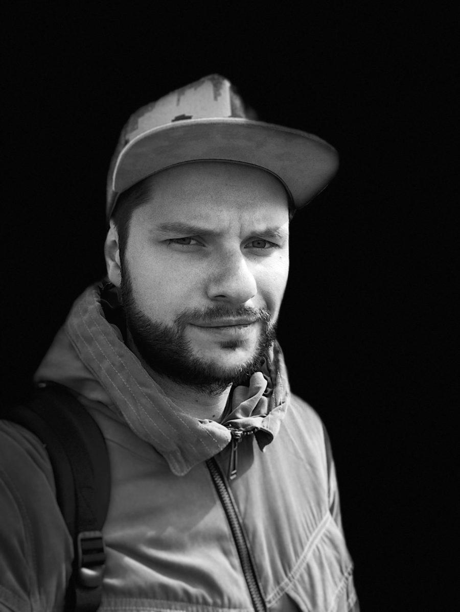 Фронтальная камера, портретный режим на iPhone X, сценический свет - моно