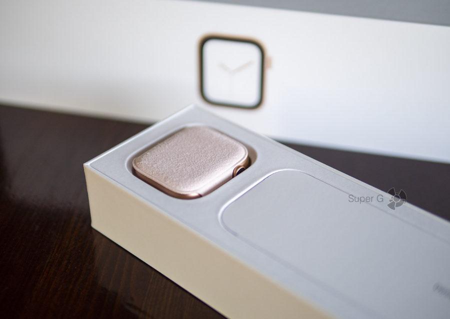 Сами Apple Watch Series 4 лежат в отдельном мягком чехольчике