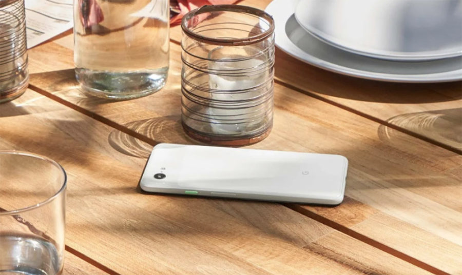 Белый Google Pixel 3 на столе