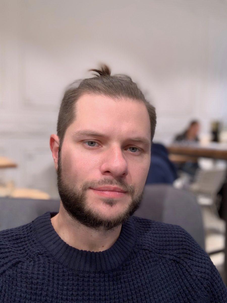 iPhone Xs Max - пример фото с фронтальной камеры в портретном режиме