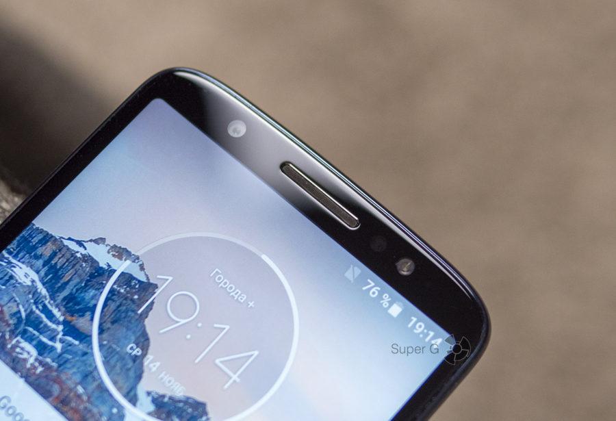 Один единственный динамик Motorola Moto G6 расположен вверху