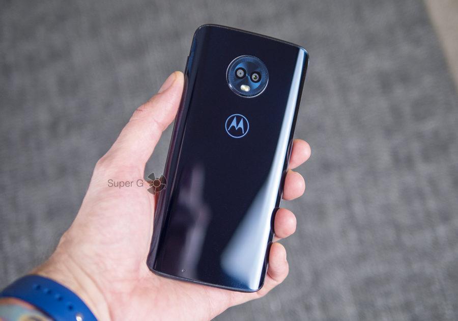 Motorola Moto G6 в руке (вид сзади)