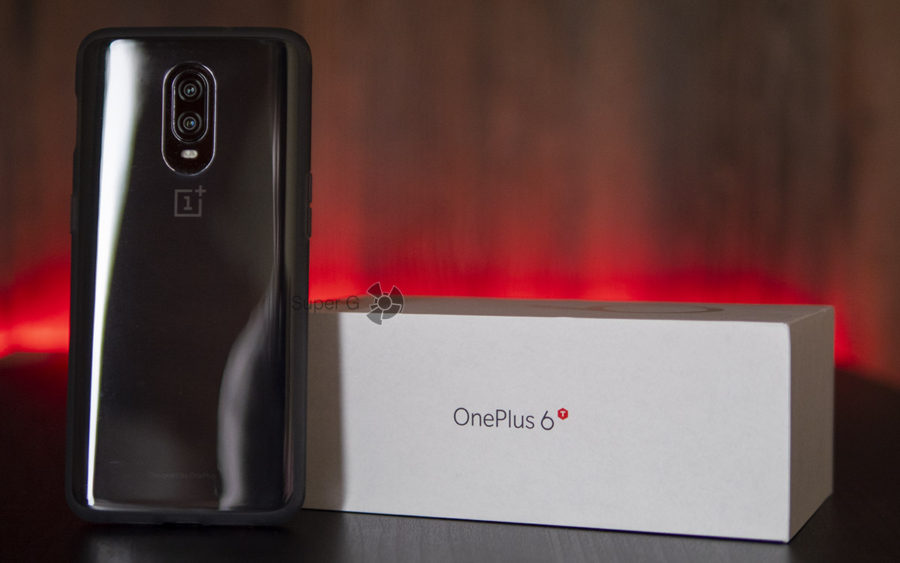 Комплектация OnePlus 6T и чехол (на смартфоне)