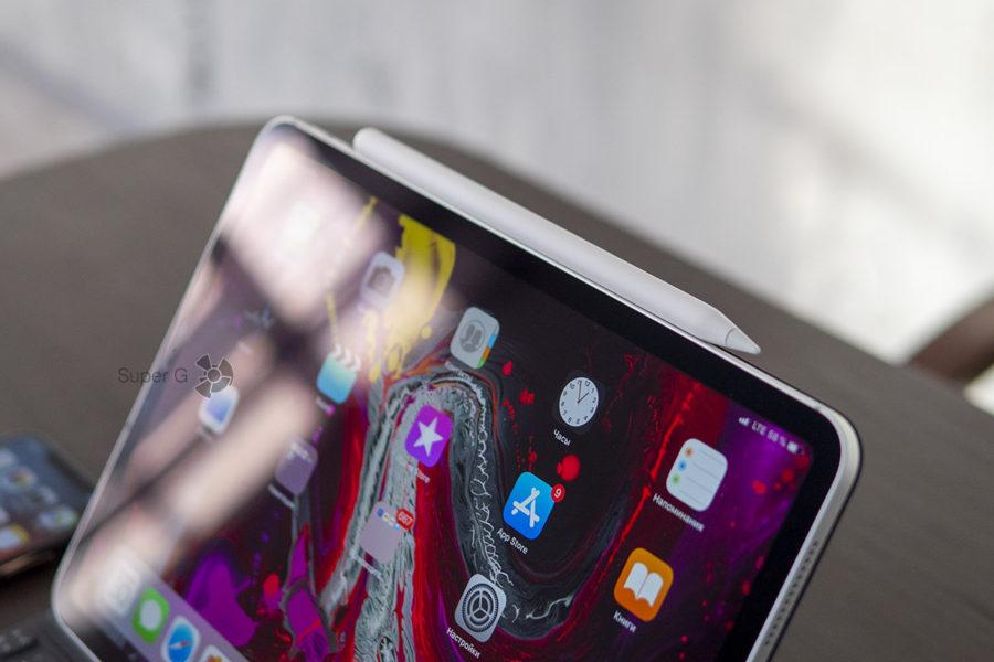 Стилус Apple Pencil крепится к правому торцу Apple iPad Pro 11 для зарядки и синхронизации