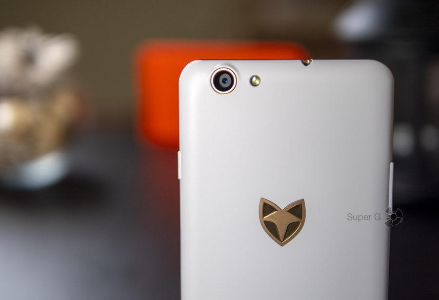 Камера и эмблема Wileyfox Spark X выполнены в золотистом цвете