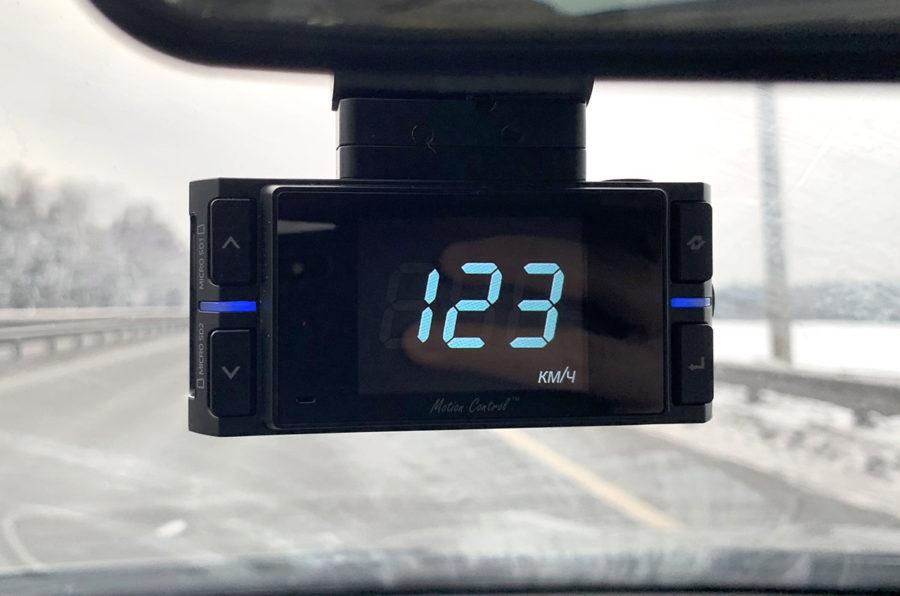 Отображение заставки на экране Neoline X-COP 9200 - текущая скорость авто