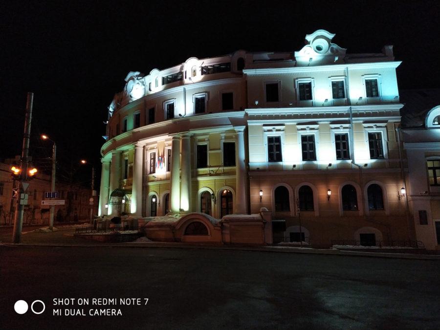 Пример ночного фото с камеры Xiaomi Redmi Note 7 и сравнение с камерой Honor View 20