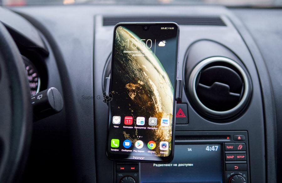 Honor 8X Max в машине со специальным держателем, кредлом