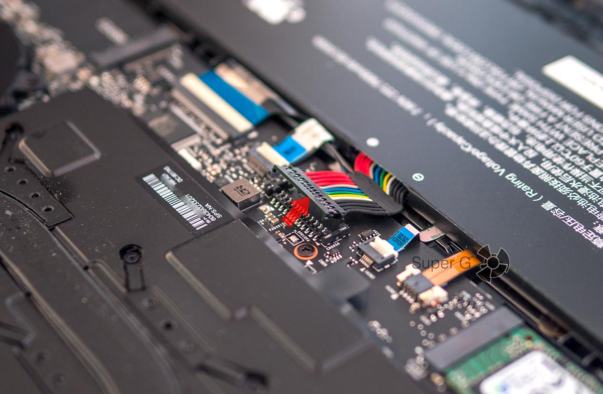 Сначала нужно отсоединить шлейф аккумулятора батареи Xiaomi Mi Notebook Pro