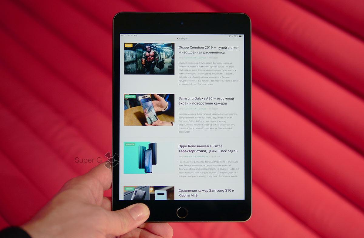 Apple iPad mini 5 в руке