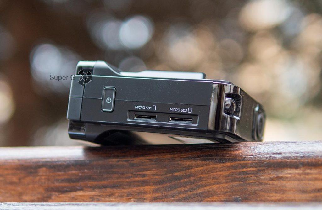 Neoline X-COP 9100s имеет два слота для карточек памяти Micro SD